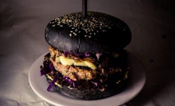черный бургер от Roll Club